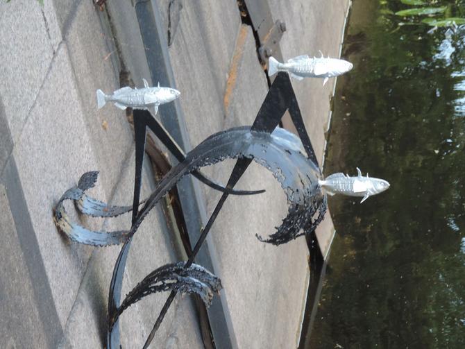 Памятник рыбке корюшке в Санкт-Петербурге